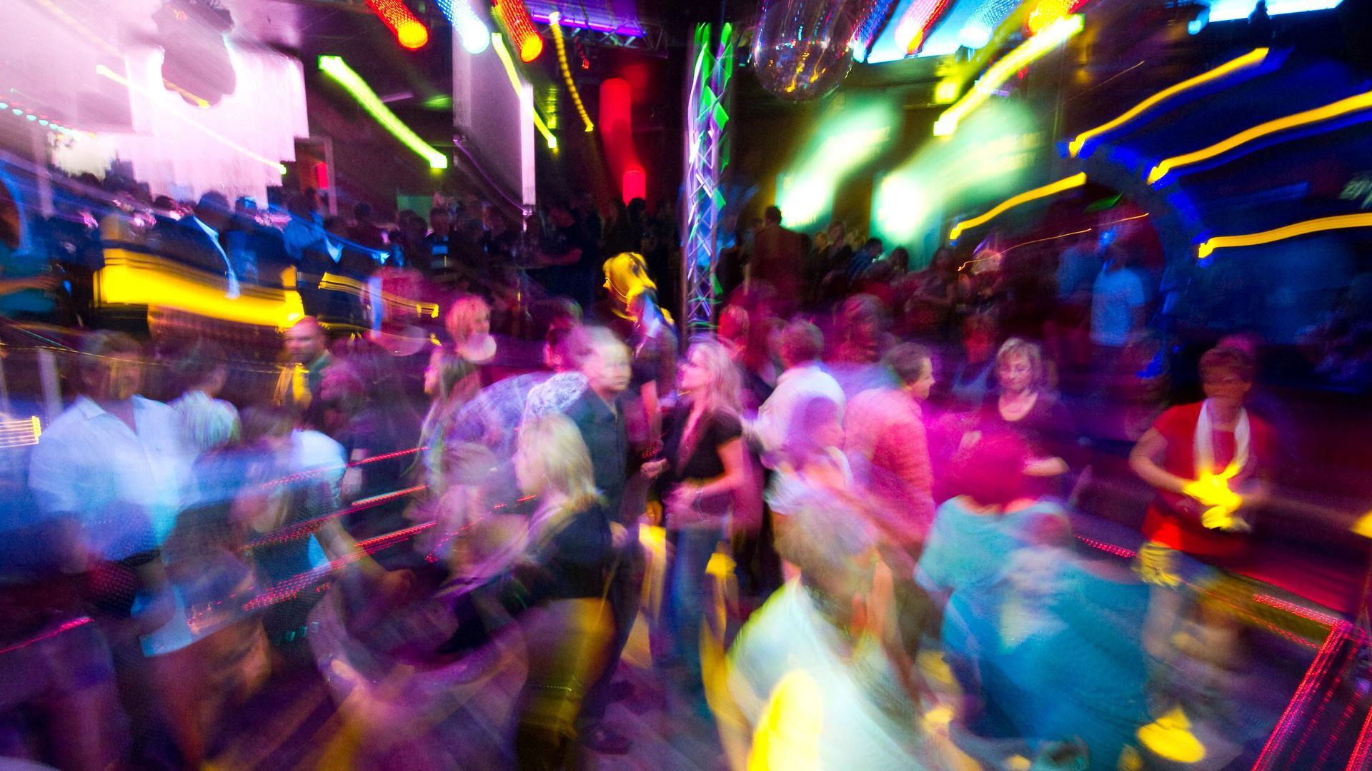 ARCHIV- Partygäste tanzen in einer Diskothek.
