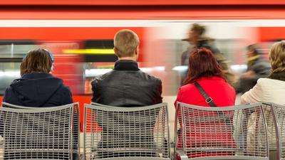 Fahrgäste warten auf einen Zug