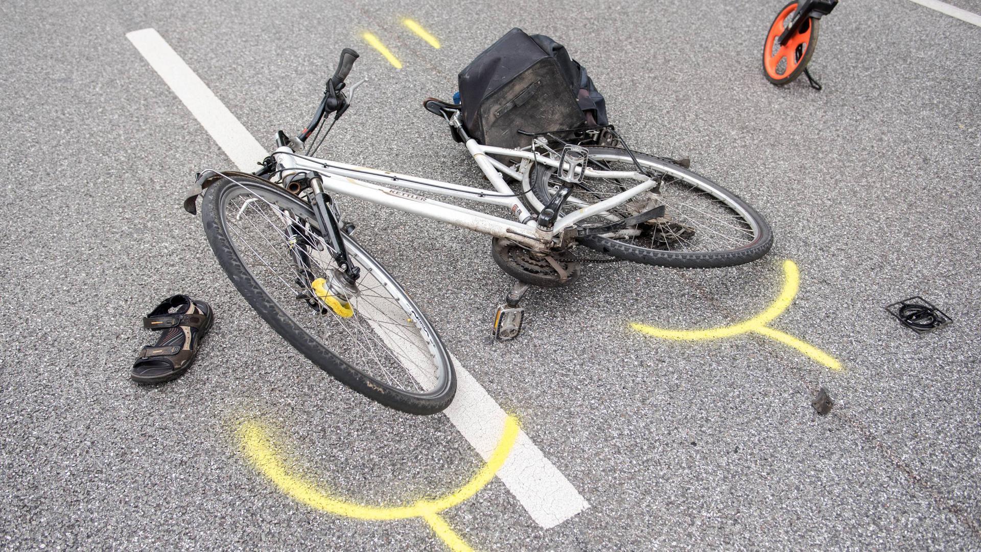 ARCHIV - 17.08.2017, Hamburg: Ein Fahrrad liegt nach einem Verkehrsunfall auf der Straße. Der Radfahrer sei laut Polizei aus bisher ungeklärter Ursache mit einem Lkw kollidiert und erlitt dabei lebensgefährliche Verletzungen. (zu dpa: «Immer mehr Radunfälle - Fahrsicherheit lässt zu wünschen übrig») Foto: Daniel Bockwoldt/dpa +++ dpa-Bildfunk +++ | Verwendung weltweit