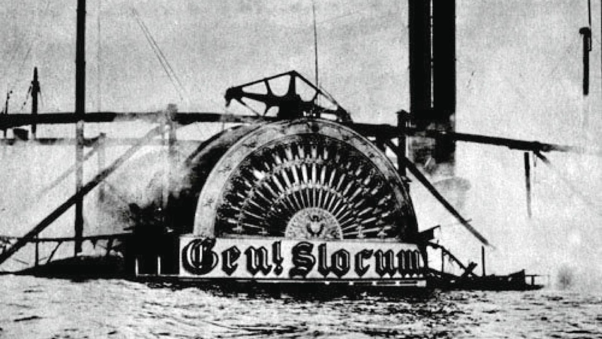 """Inferno auf dem East River: Dieses undatierte Archivfoto zeigt den abgebrannten und auf Grund gelaufenen Schaufelraddampfer """"General Slocum"""". Die meisten der 1.021 Toten sind deutscher Herkunft, darunter viele Frauen und Kinder."""