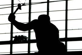 ARCHIV - Ein Arbeiter mit einem Hammer in der Faust beim Ausholen zum Schlag, aufgenommen am 14.09.2006 in einer Halle der Messe Friedrichshafen. Wegen der niedrigen Arbeitslosigkeit wird in Deutschland so wenig schwarz gearbeitet wie seit 18 Jahren nicht mehr. Foto: Patrick Seeger dpa (zu lsw 0257 vom 24.01.2012)  +++(c) dpa - Bildfunk+++ | Verwendung weltweit