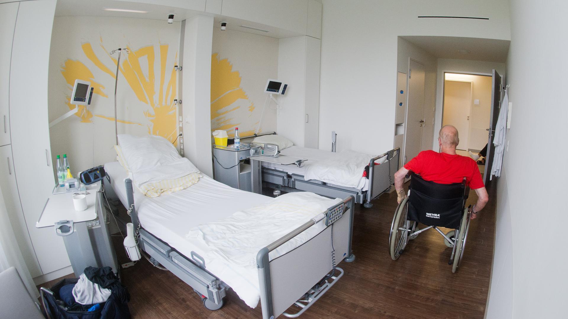 Ein Patient mit einem Rollstuhl.