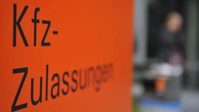 Schild mit Hinweis auf eine Zulassungsstelle für Fahrzeuge