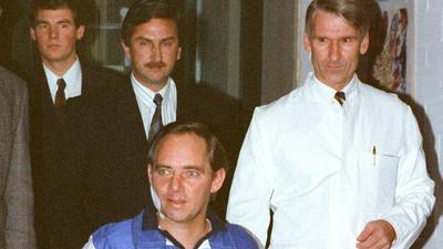 Wolfgang Schäuble fährt mit dem Rollstuhl zu einer Pressekonferenz.