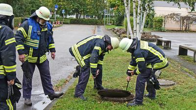 Rasches Eingreifen: Einsatzkräfte der Kehler Feuerwehr und Experten der Technischen Dienste verhindertn, dass das Chlorgas in die Kläranlage gelangt.