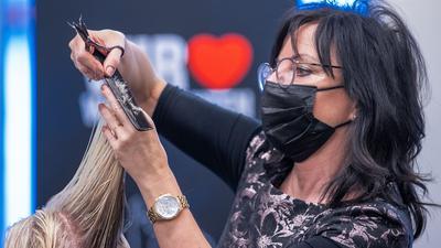 """Geschäftsinhaberin Doris Günther schneidet in ihrem Salon """"Haut & Haar"""" einer Kundin die Haare. Wegen der verschärften Kontaktverbote als Corona-Schutzmaßnahmen dürfen Friseurgeschäfte ab dem 16.12.2020 erstmal nicht mehr öffnen. +++ dpa-Bildfunk +++"""
