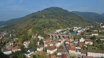 Die Schwarzwaldbahn fährt am Donnerstag (14.10.2010) in Hornberg (Ortenaukreis) über ein Viadukt. Ende Oktober ist der 125. Todestag von Robert Gerwig, unter dessen Regie die Schwarzwaldbahn zwischen 1865 und 1873 erbaut wurde. Die Bahn ist die einzige zweigleisige Gebirgsbahn in Deutschland. Foto: Patrick Seeger dpa/lsw (zu Korr.-Bericht dpa 0210 vom 28.10.2010) +++ dpa-Bildfunk +++