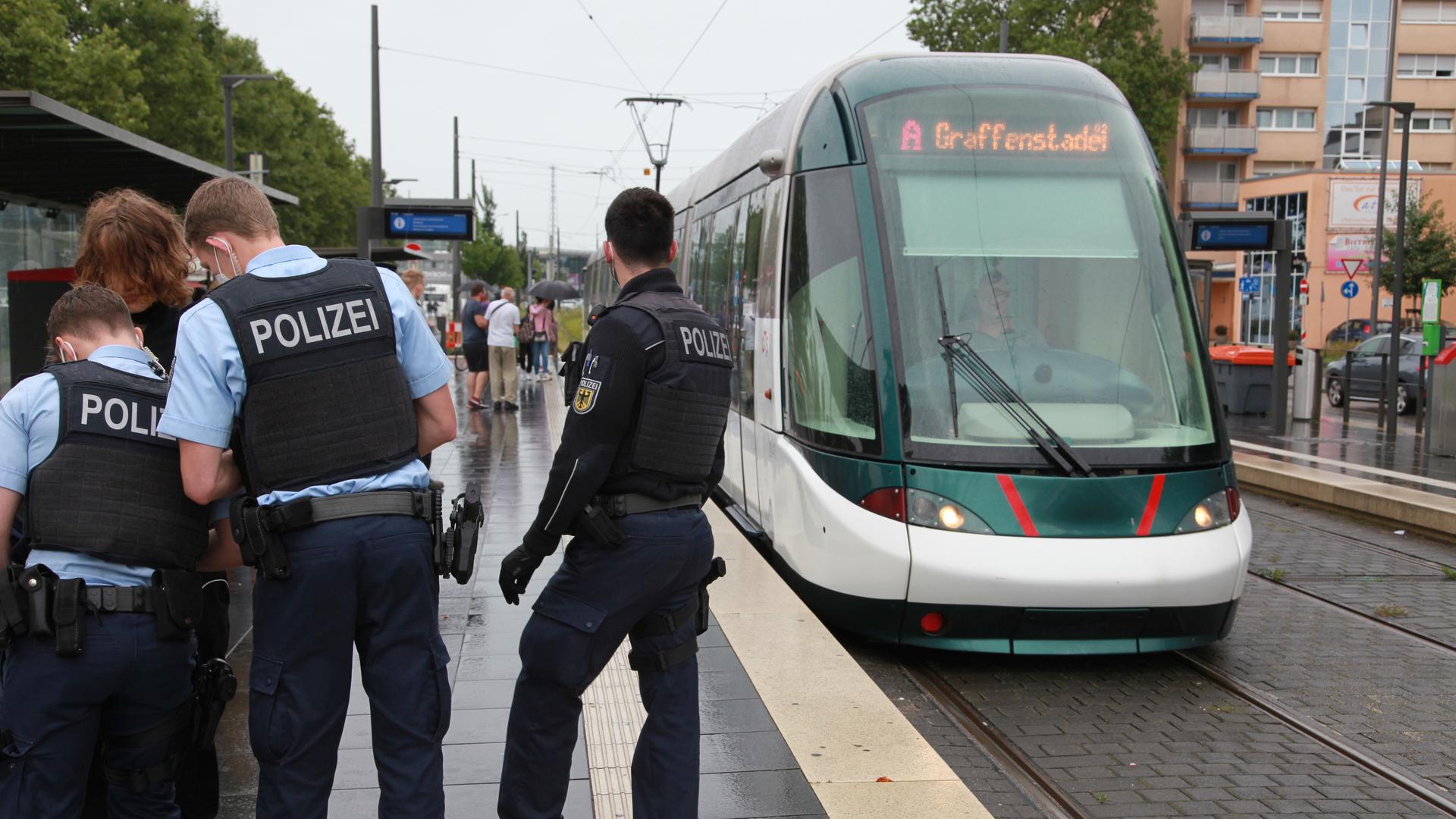 Bundespolizisten bei Kontrolle an Kehler Trambahnhaltestelle Bahnhof