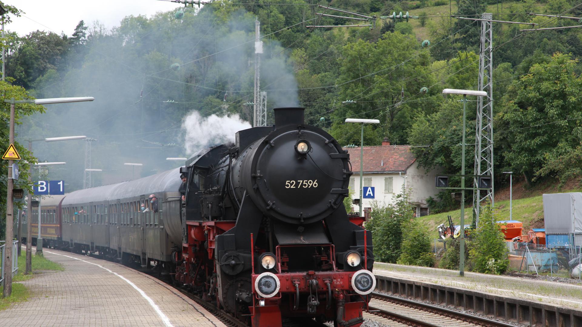 Hornberg, hier Hornberg: Güterzug-Dampflok 52 7596 fährt pünktlich auf Gleis 1 ein. Nach kurzem Halt geht es weiter über Triberg nach St. Georgen im Schwarzwald. Foto: