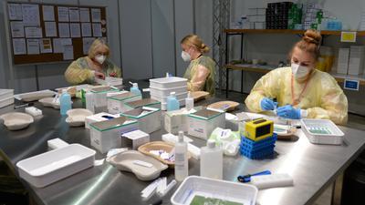 Drei Frauen mischen Impfstoffe an