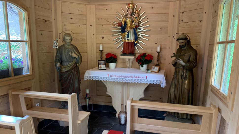 Das Innere der Kapelle auf dem Romanhof von Frank und Veronika Ams