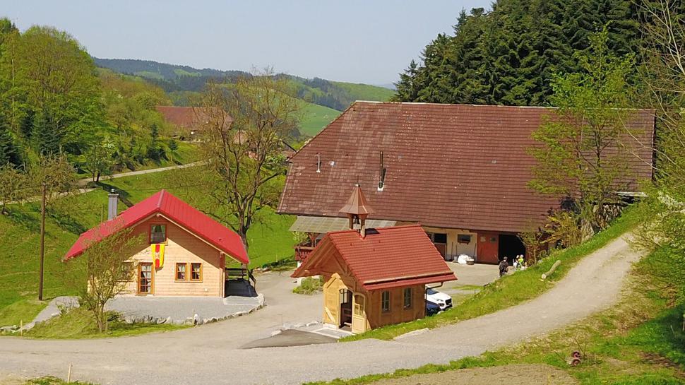 Der Romanhof in Biberach-Prinzbach mit der Kapelle und der Vesperstube (links)