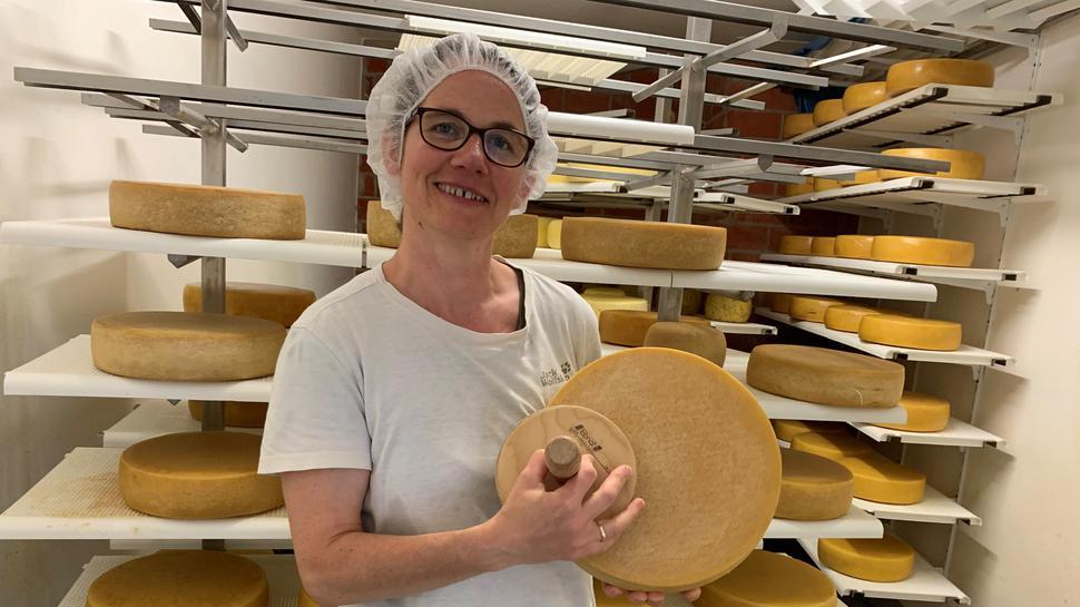 Veronika Ams im Käse-Reifelager auf dem Romamnhof