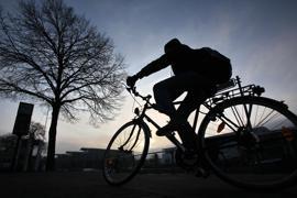 Ein Fahrradfahrer fährt am Mittwoch (23.11.2011) bei untergehender Sonne eine Strasse in der Lübecker Innenstadt entlang. Nach Angaben der Meteorologen bleibt das Wetter im Norden wechselhaft mit sonnigen Abschnitten bei Temperaturen um 4 Grad Celsius. Foto: Bodo Marks dpa/lno  +++(c) dpa - Bildfunk+++ des