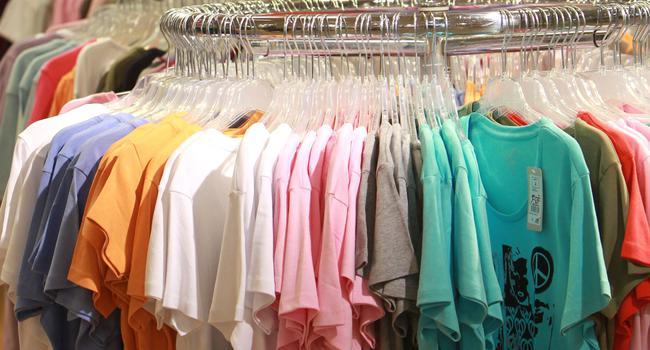 Sommerware in den Bekleidungsgeschäften