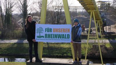 Andreas Keck und Sohn Paul demonstrieren gegen das Kieswerk in Diersheim