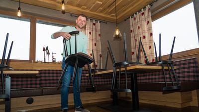 Vorbereitung auf den Neustart: Die Grinde-Hütte mit Hüttenbetreiber Nicolas Zepf ist einer der Gastronomiebetriebe, die zum Stichtag der Lockerungen im Ortenaukreis an diesem Donnerstag direkt wieder öffnen.