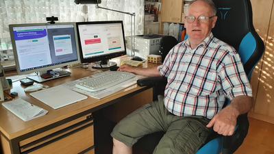Mann vor Schreibtisch