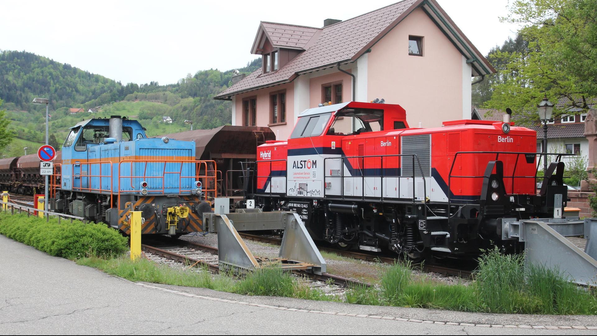 Zwei Lokomotiven im Bahnhof Ottenhöfen
