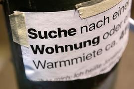 «Suche Wohnung» steht auf dem Zettel an einer Laterne unweit des Gleimtunnels. (Zu dpa «Mieterverein: Berliner Mietendeckel wird teils umgangen») +++ dpa-Bildfunk +++