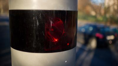 """Autos fahren am 23.12.2013 an einer sogenannten Blitzersäule in Berlin vorbei. Geräte wie dieses werden zur Geschwindigkeitskontrolle eingesetzt, als auch dazu, Autofahrer zu blitzen, die eine rote Ampel überfahren. Foto: Tim Brakemeier/dpa   (zu dpa """"Weitere Blitzersäulen geplant"""" vom 23.12.2013) +++(c) dpa - Bildfunk+++ ws"""