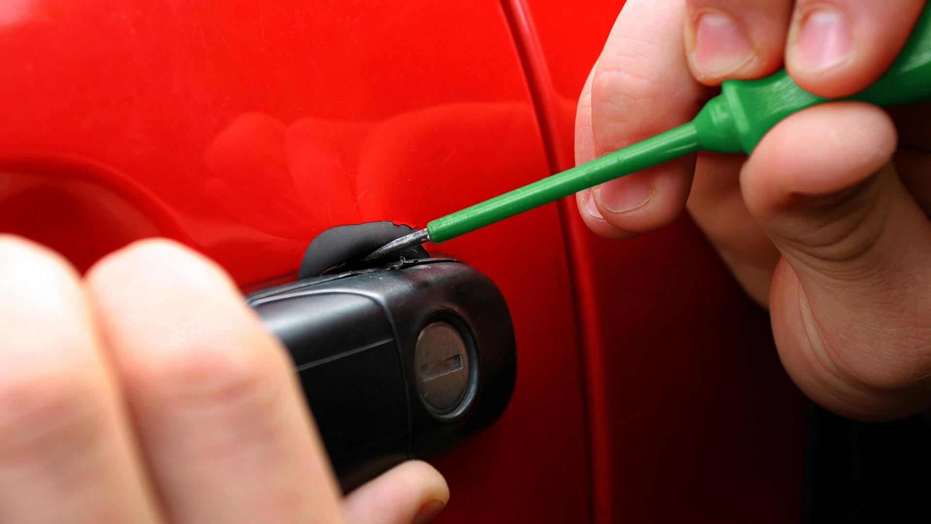 ARCHIV - ILLUSTRATION - Eine Autotür wird mit Hilfe eines Schraubenziehers am 26.08.2005 in Frankfurt am Main geöffnet. Brandenburger können künftig helfen, Autodieben das kriminelle Treiben zu erschweren. Möglich macht es eine «künstliche DNA». Foto: Heiko Wolfraum dpa/lbn (zu lbn 0955 vom 13.04.2011)  +++(c) dpa - Bildfunk+++ de