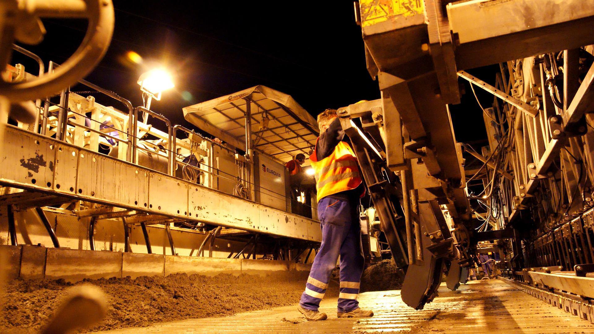Fahrbahnformer, Straßenbau A5 bei Achern Erstellung der Betondecke über 14 Meter Breite- Laster bringen Beton