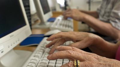 ARCHIV - Ein älterer Mann und eine Frau (vorn) sitzen in Frankfurt (Oder)an Computern in einem Seniorenheim (Archivbild vom 01.07.2008). Nur jeder dritte Deutsche im Alter von über 65 Jahren ist im Internet angekommen - jetzt wollen Bundesregierung und Wirtschaft mehr dafür tun, auch die älteren Menschen ins Netz zu holen. Das sei nicht zuletzt eine Frage der gesellschaftlichen Teilhabe, sagte Bundesverbraucherministerin Ilse Aigner (CSU) am Mittwoch (03.11.2010)in Berlin. Gemeinsam mit dem Fachverband Bitkom stellte Aigner eine Studie vor, wonach nur 32 Prozent der über 65-Jährigen das Internet nutzen - verglichen mit 71 Prozent der Gesamtbevölkerung. Foto: Patrick Pleul dpa/lbn (zu dpa 0434 am 03.11.2010)  +++(c) dpa - Bildfunk+++ | Verwendung weltweit