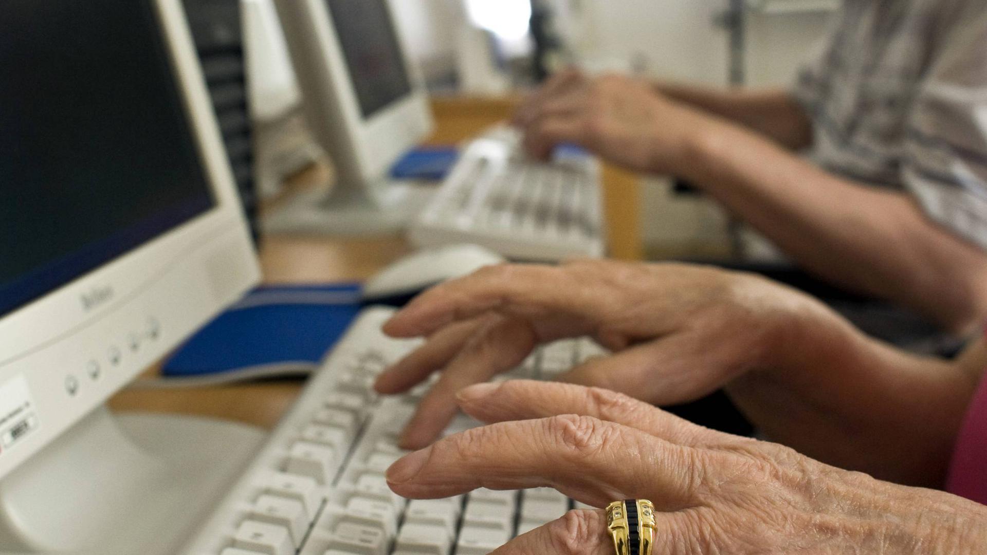 ARCHIV - Ein älterer Mann und eine Frau (vorn) sitzen in Frankfurt (Oder)an Computern in einem Seniorenheim (Archivbild vom 01.07.2008). Nur jeder dritte Deutsche im Alter von über 65 Jahren ist im Internet angekommen - jetzt wollen Bundesregierung und Wirtschaft mehr dafür tun, auch die älteren Menschen ins Netz zu holen. Das sei nicht zuletzt eine Frage der gesellschaftlichen Teilhabe, sagte Bundesverbraucherministerin Ilse Aigner (CSU) am Mittwoch (03.11.2010)in Berlin. Gemeinsam mit dem Fachverband Bitkom stellte Aigner eine Studie vor, wonach nur 32 Prozent der über 65-Jährigen das Internet nutzen - verglichen mit 71 Prozent der Gesamtbevölkerung. Foto: Patrick Pleul dpa/lbn (zu dpa 0434 am 03.11.2010)  +++(c) dpa - Bildfunk+++   Verwendung weltweit