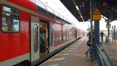 Pendler verlassen morgens den Regionalexpress aus Karlsruhe in Achern.  Bahnhof Achern Regionalexpress Pendler KVV TGO Bahnsteig Gleis Deutsche Bahn Verbundgrenze BW-Tarif
