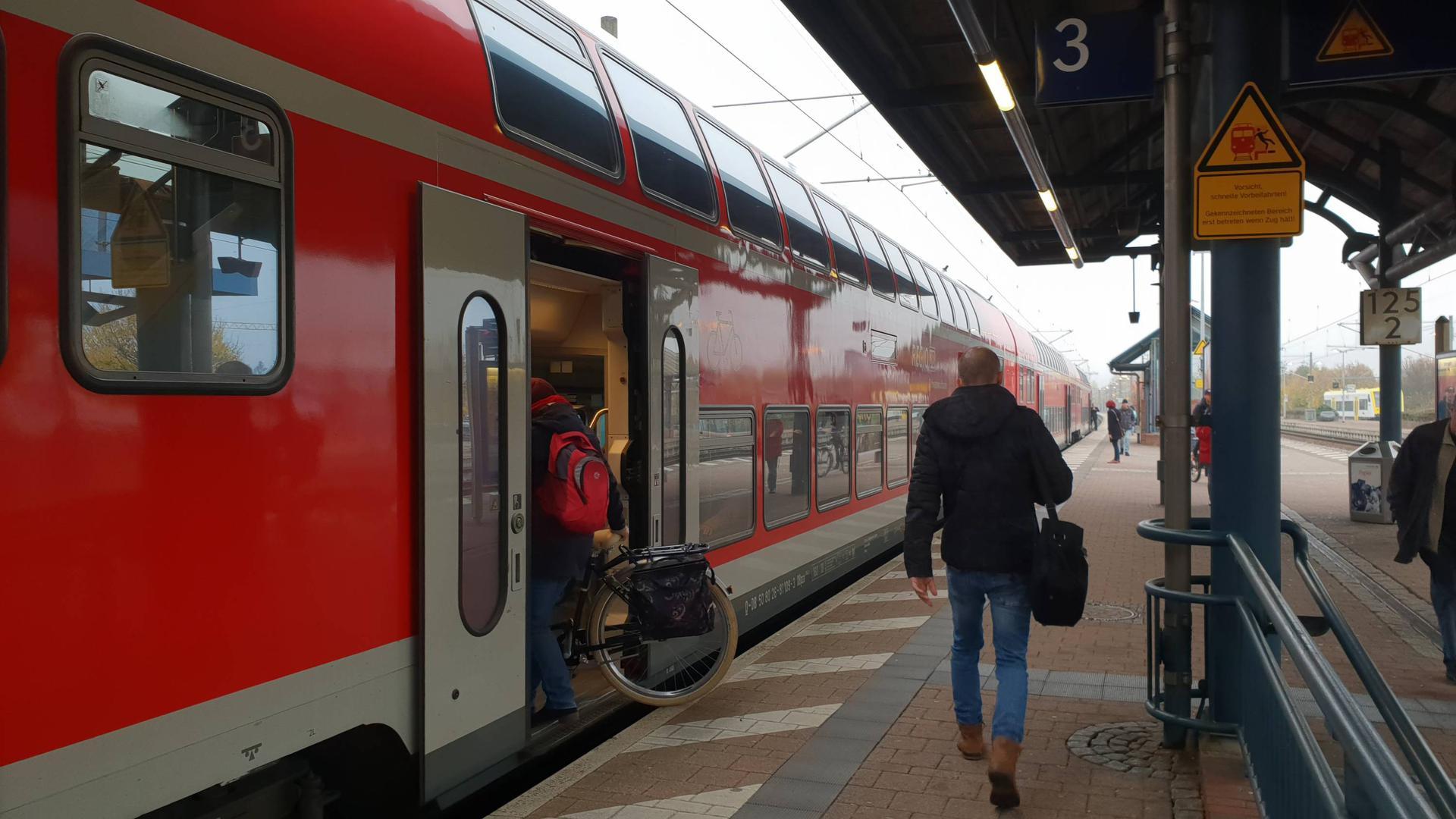 Pendler verlassen am Bahnhof in Achern den Regionalexpress aus Karlsruhe. Sie profitieren erst einmal nicht vom neuen BW-Tarif, weil der noch keine verbundübergreifenden Zeitkarten beinhaltet.