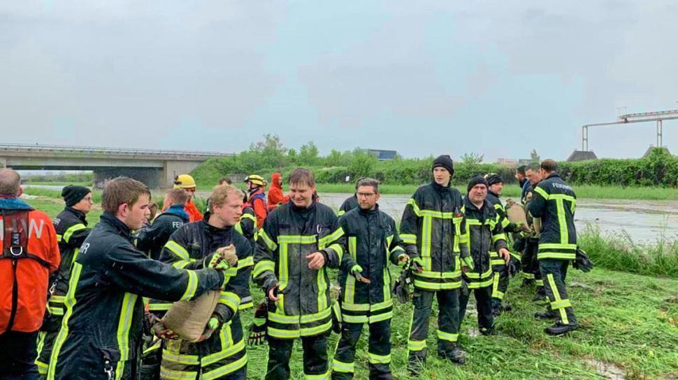 Feuerwehrleute im Kampf gegen die steigenden Pegelstände.