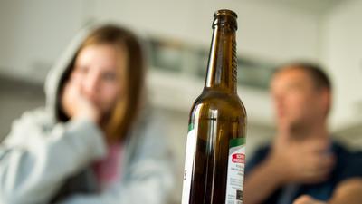 """Weg von der Flasche: Was passiert mit mir, wenn ich aufhöre zu trinken? Davor haben viele Menschen Angst, die überlegen, ob und wie sie gegen ihre Alkoholsucht vorgehen wollen. Ein Therapieangebot """"zum Ausprobieren"""" soll helfen."""
