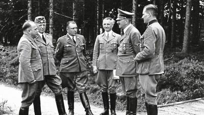 """Zu Besuch im """"Tannenberg"""": Josef Bürckel (von links nach rechts), Gauleiter Pfalz, Hans Heinrich Lammers, Minister, Martin Bormann, Privatsekretär, Robert Wagner, Gauleiter Baden-Elsass, Adolf Hitler und Reichsjugendführer Baldur von Schirach."""