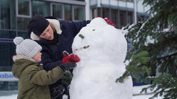 Zeit für Schneemänner: Viele hatten am Sonntag Spaß mit der weißen Pracht. Im gesamten Südwesten hat es geschneit.
