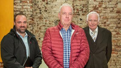 Andreas Kuhrau (Mitte) will als neuer Vorsitzender den Acherner Bogenclub in die Zukunft führen. Links sein Stellvertreter Dominic Willetts, rechts Rüdiger Lüken, der den Verein 30 Jahre lang geführt hatte. Foto: Michael Brück