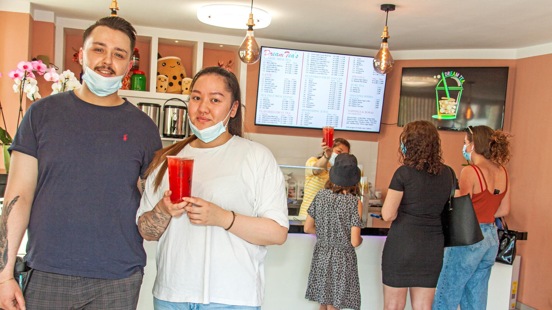 Betreiberin Dara Nguyen und ihr Lebensgefährte Patrick Werstler in ihrem Bubble Tea-Laden in Achern.