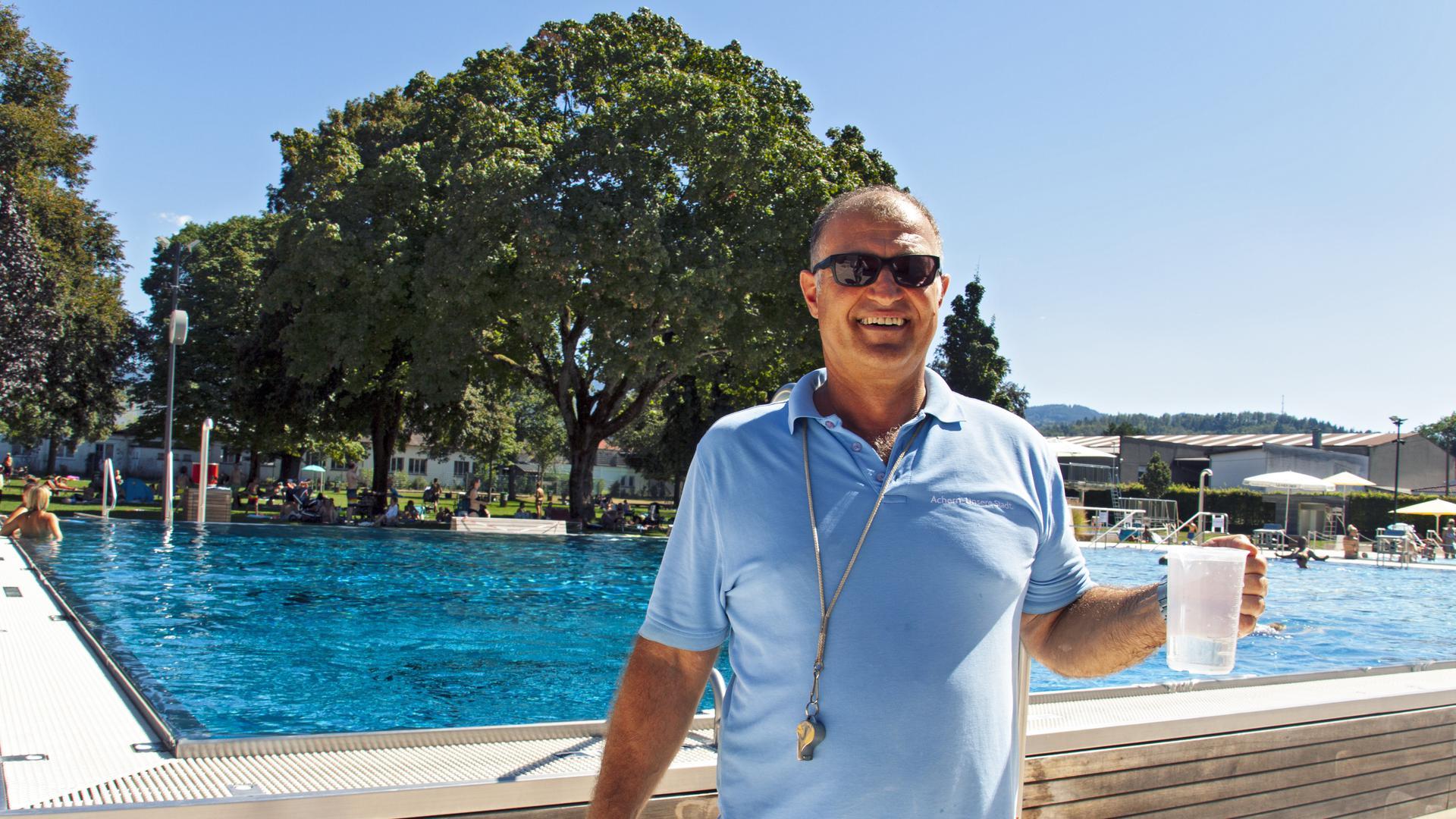 Thomas Lang zieht am Donnerstag, 20. August 2020, eine Wasserprobe aus dem Schwimmerbecken im Acherner Freibad. Als Bademeister setzt er auch die geltenden Corona-Hygienemaßnahmen um und achtet auf den nötigen Abstand im und um das kühle Nass.