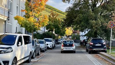 Autos parken an einer Straße