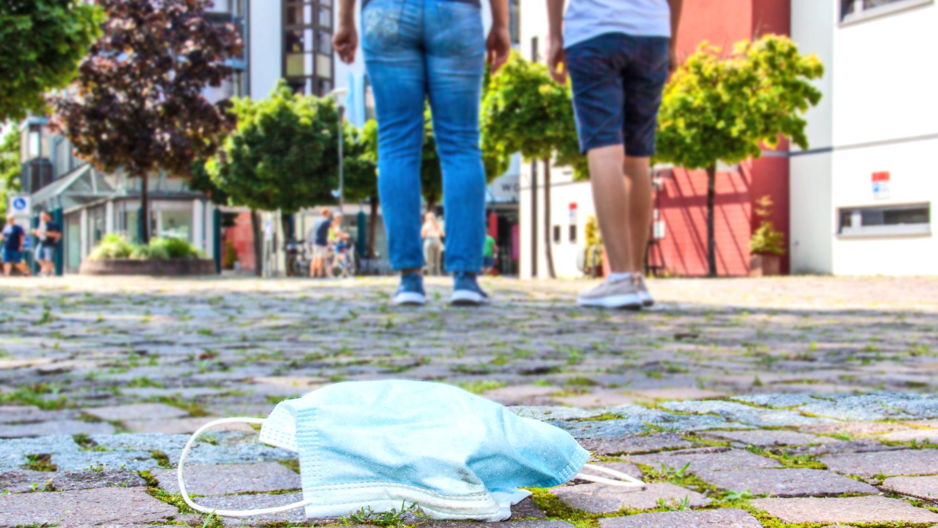 Der BUND in Offenburg und auch viele Verwaltungen in der Region schlagen Alarm. Denn immer mehr OP- und FFP 2-Masken werden unachtsam einfach auf der Straße entsorgt. Das Müll-Problem wird gerade für die Tierwelt auch zu einem Gesundheits-Problem. Foto: Michael Brück