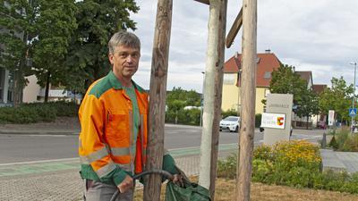 Manfred Hirt aus Tiergarten arbeitet als Gärtner bei der Stadt Achern. Im Hochsommer ist der gelernte Landschaftsgärtner ausschließlich für die Wasserversorgung der Pflanzen zuständig. Gemeinsam mit einem Kollegen bringt er täglich rund 15.000 Liter Wasser an die Pflanzen. Auf unserem Foto befüllt er einen 100-Liter-Wassersack an einem jungen Baum vor der Jahnhalle.