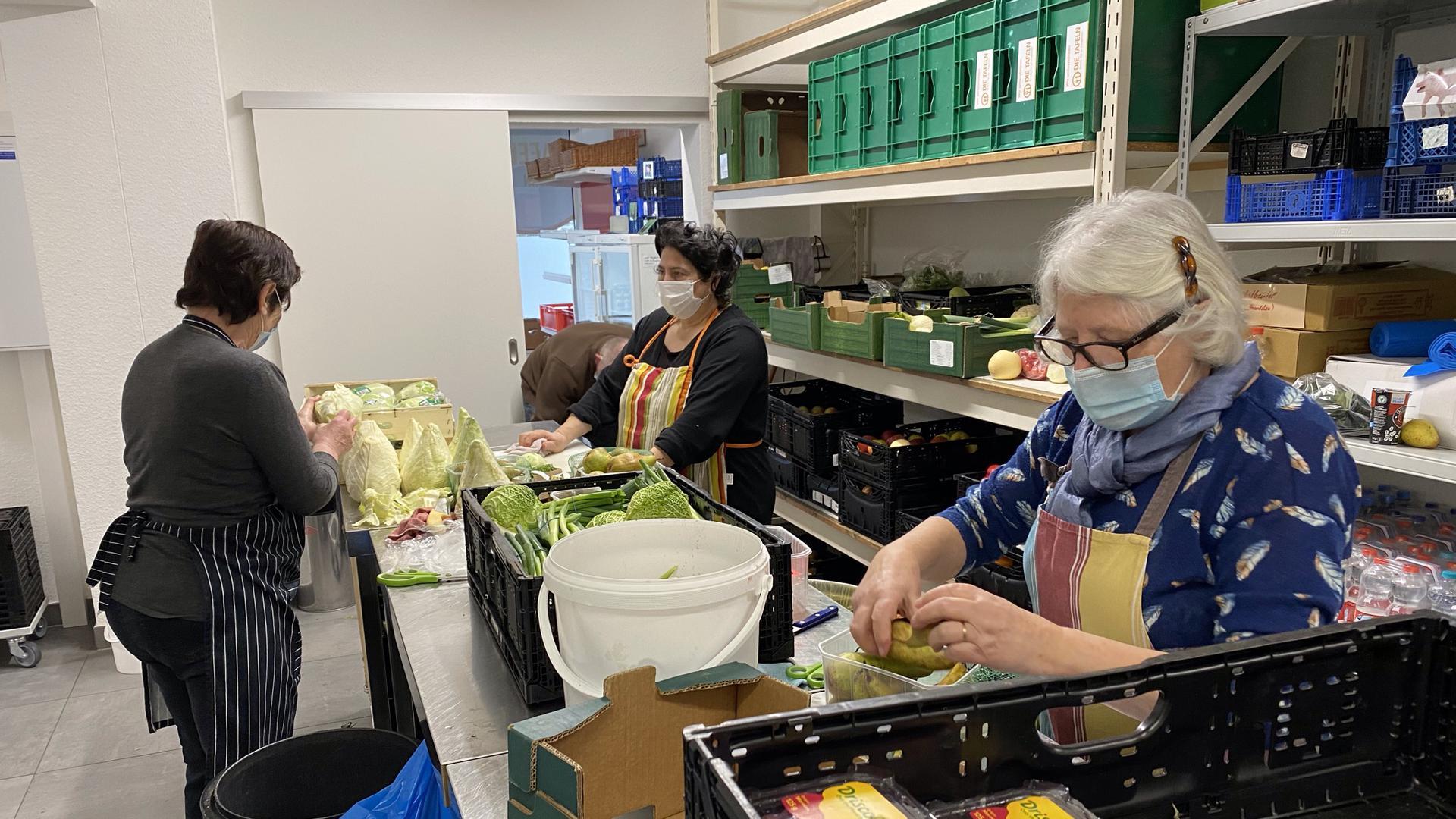 Ehrenamtliche des Tafelladens in Achern bereiten die gespendeten Lebensmittel für den Verkauf vor.