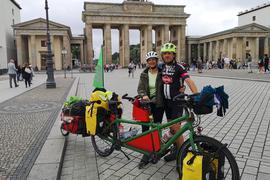 Das Ehepaar Schweizer aus Wagshurst steht mit seinem Tandem vor dem Brandenburger Tor in Berlin.