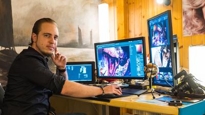 Ansgar Peter aus Fautenbach bastelt am Computer künstlerische Bildkompositionen aus Fotos