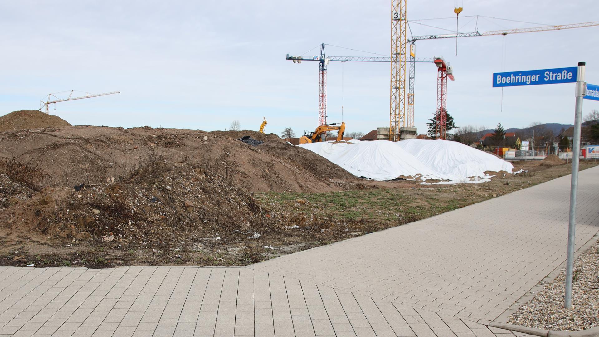 Streit um Erdhaufen geht weiter: Der Aushub lagert inzwischen auf dem Grundstück des künftigen Betreuten Wohnens.