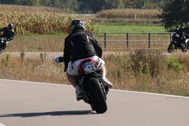 Motorradfahrer in kurzen Hosen