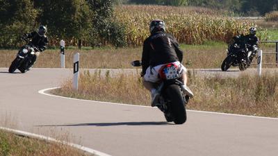 Motorradfahrer auf Straße im Sommer