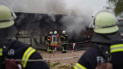 Feuerwehr löscht am Reitclub Achern Nebengebäude