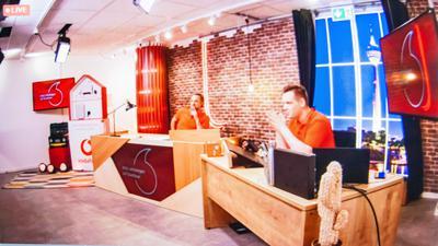 Die Informationsveranstaltung rund um den Breitbandausbau in Achern wurde von Verkaufs-Managern in einem Vodafone-Studio geleitet. Foto: Michael Brück