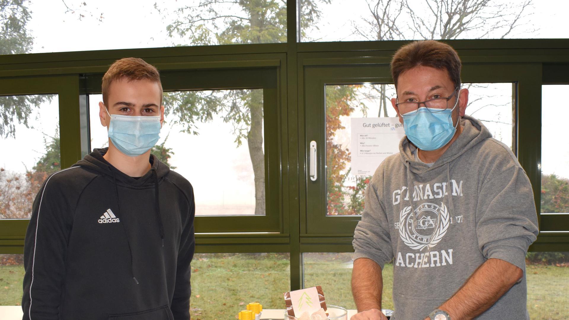 Adventliche chemische Experimente haben Chemielehrer Volker Nüssel und sein Schüler Raphael Jörger aufgezeichnet. Vom 1. bis 24. Dezember werden sie im Internet veröffentlicht.